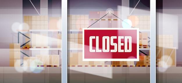 Sinal fechado pendurado fora da janela do armazém conceito de crise de falência de quarentena de coronavírus