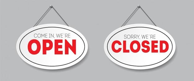 Sinal oval realista com sombra isolada. desculpe, estamos fechados. entre, estamos abertos. tabuleta com uma corda.
