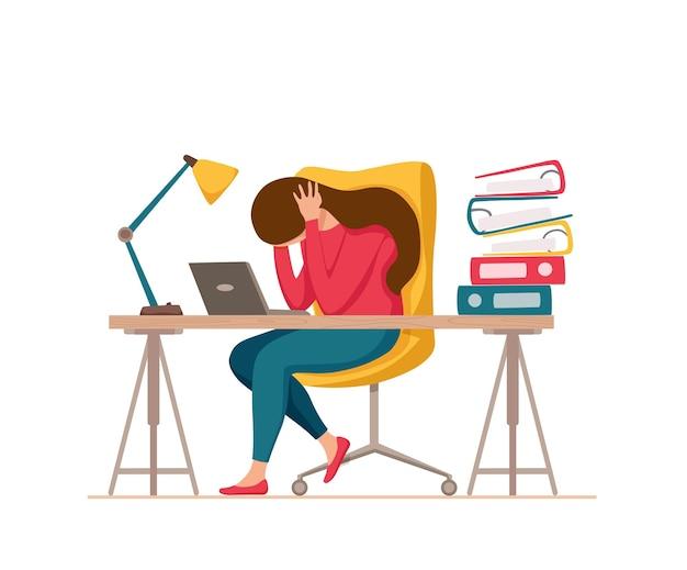 Síndrome de burnout profissional exausta mulher cansada sentada em seu local de trabalho no escritório segurando a cabeça