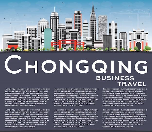 Skyline de chongqing com edifícios cinzentos, céu azul e.