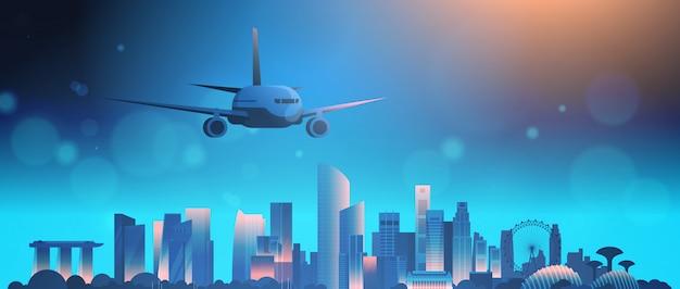 Skyline de cingapura com o avião no céu noturno sobre a paisagem urbana bonita com monumentos e arranha-céus famosos
