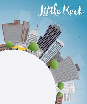 Skyline de little rock com edifício cinza, azul céu e espaço de cópia