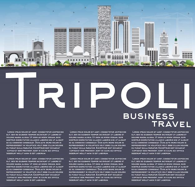 Skyline de trípoli com edifícios de cinza, azul céu e espaço de cópia.