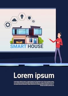 Smart home technology presentation homem asiático explica o novo sistema de controle e inovação da casa