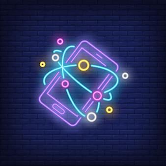 Smartphone e sinal de néon da internet