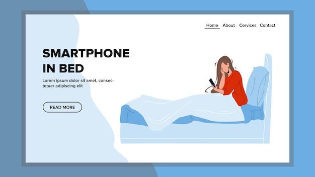 Smartphone na sala de cama usando o vetor de jovem. mulher escrevendo mensagem ou assistindo a um vídeo no smartphone na cama. personagem se comunica ou lê na tela do telefone web flat cartoon illustration