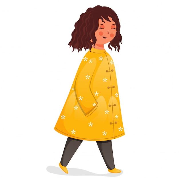 Smiley linda garota vestindo roupas amarelas e cinza em pose de pé.