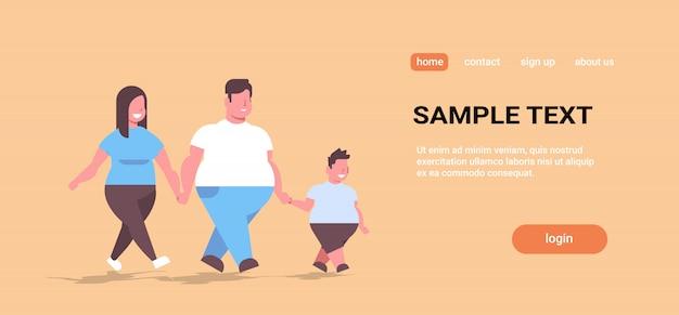 Sobre tamanho família caminhando juntos sua mãe e filho se divertindo de mãos dadas estilo de vida saudável