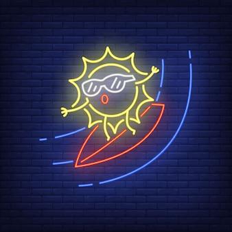 Sol dos desenhos animados no sinal de néon da prancha. personagem fofa surfando na parede de tijolos