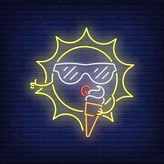 Sol dos desenhos animados que come o sinal de néon do gelado. personagem fofa usando óculos de sol na parede de tijolo
