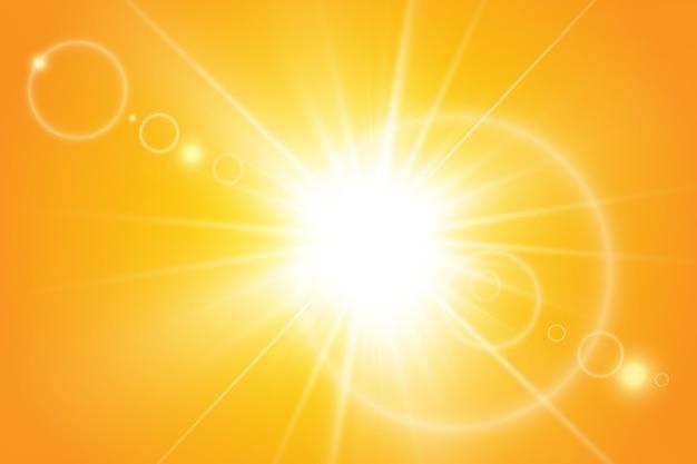 Sol quente em um fundo amarelo. raios solares