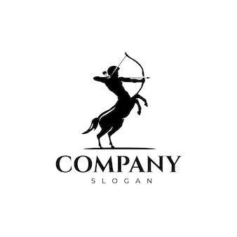 Soldado centauro segurando o design do logotipo de seu arco e flecha