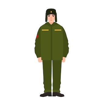 Soldado das forças armadas russas vestindo uniforme de inverno do exército e chapéu de pele. militar, lacaio ou soldado de infantaria isolado no fundo branco. personagem de desenho animado masculino. ilustração em vetor plana dos desenhos animados.