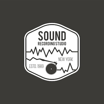 Som, rótulo de vetor de estúdio de gravação, distintivo, logotipo do emblema com instrumento musical. ilustração em vetor de estoque isolada em fundo escuro.