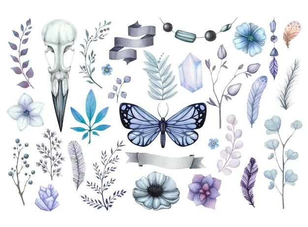 Sombrio conjunto aquarela de ilustrações com corvo caveira, borboleta azul, flores, cristais e penas