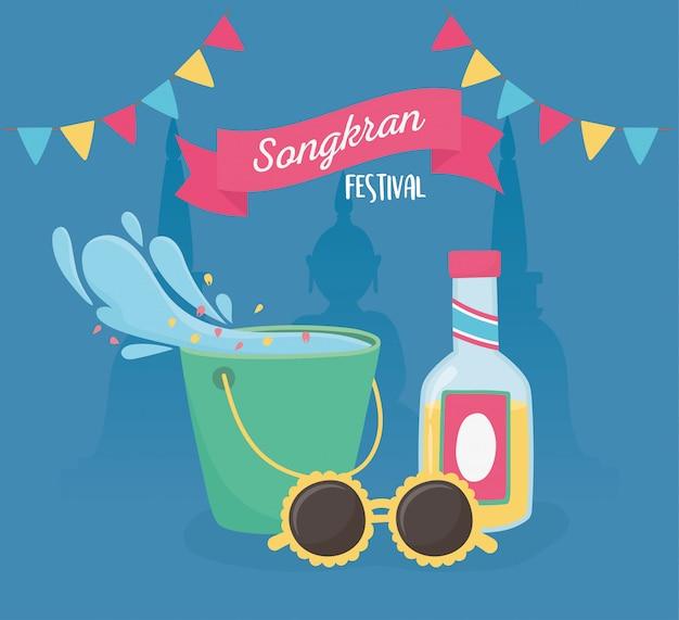 Songkran festival balde água respingo óculos de sol bebida garrafa bandeiras