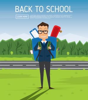 Sorridente menino de escola jovem em uniforme com mochila azul. homem na grama verde perto da estrada e da árvore. de volta ao conceito de escola.