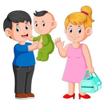 Sorrindo, mãe pai, segurando, seu, bebê recém-nascido