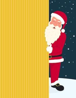 Sorrindo, papai noel usando óculos e chapéu vermelho segura um banner com natal alegre e feliz ano novo texto. cartão de felicitações ou modelo de folheto com espaço de cópia em fundo amarelo