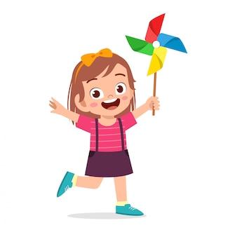 Sorriso feliz bonito da menina da criança que guarda o brinquedo