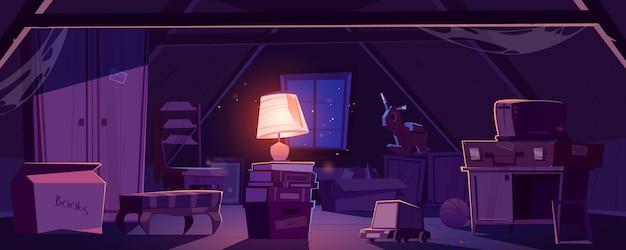 Sótão da casa à noite, armazenamento de móveis antigos e itens sob o telhado.