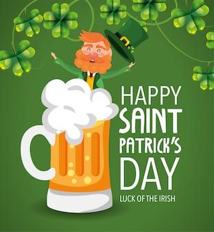 St patrick homem com copo de cerveja e trevos