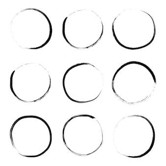 Super conjunto de escova de círculo desenhado mão grunge isolado no fundo branco.