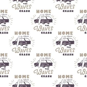 Surf design de padrão de carro de estilo antigo. papel de parede sem costura de verão com van de surf, pranchas de surf, sunbursts. carro combi monocromático. ilustração vetorial. use para impressão em tecido, projetos da web, camisetas.