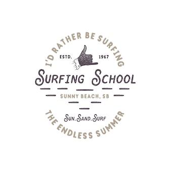 Surf vintage. escola de surf com sinal de mão shaka e tipografia retro