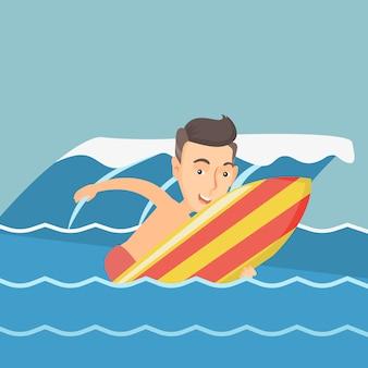Surfista feliz em ação em uma prancha de surf.