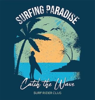 Surfista ficar e olhar no pôr do sol do oceano na praia da califórnia