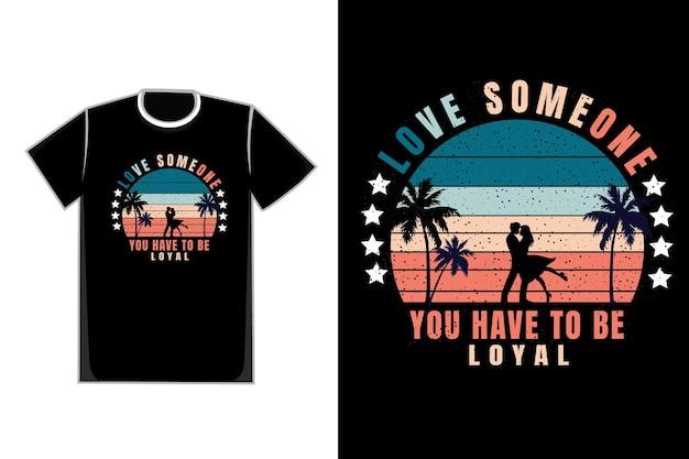 T-shirt casais românticos título ama alguém, você tem que ser leal
