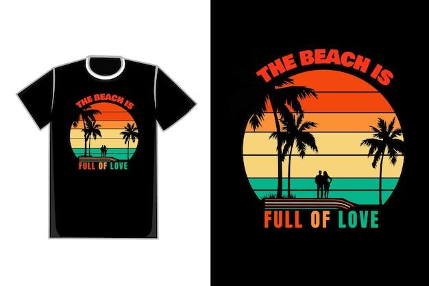 T-shirt de casais românticos dos namorados em um título de praia a praia está cheia de amor