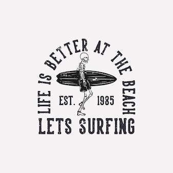 T shirt design a vida é melhor na praia vamos surfar est 1985 com esqueleto carregando prancha de surf ilustração vintage