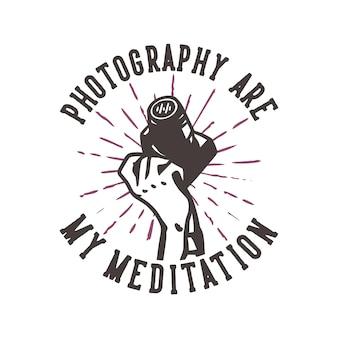 T-shirt design slogan tipografia fotografia é minha meditação com a mão segurando uma câmera ilustração vintage