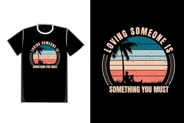 T-shirt pessoas inclinam para trás título amar alguém é algo que você deve