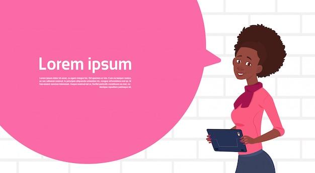 Tablet de exploração empresária afro-americano falar grande bolha de bate-papo com espaço de cópia de texto