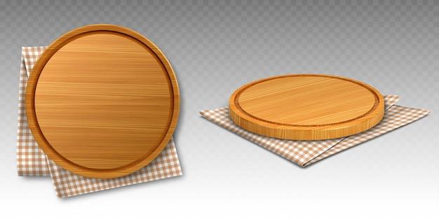 Tábuas de madeira para pizza em toalhas de cozinha