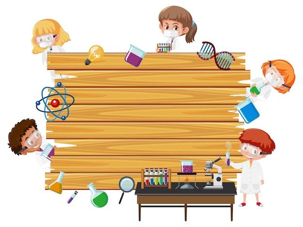 Tabuleiro de madeira vazio com personagem de desenho animado de crianças cientistas