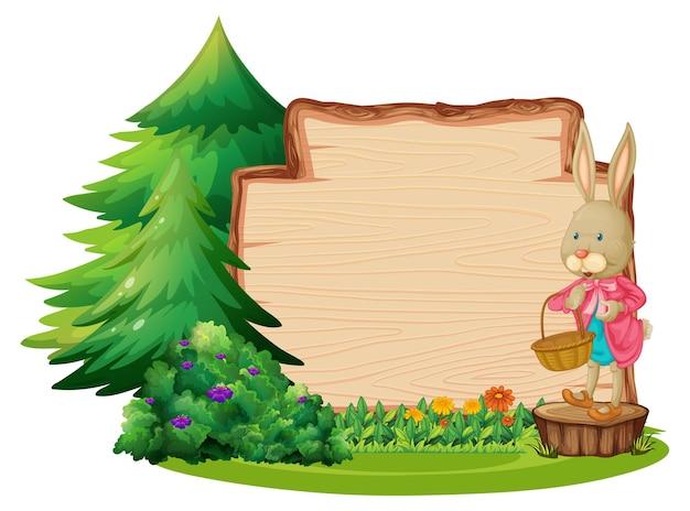 Tabuleiro de madeira vazio com um coelho e um elemento de jardim isolado