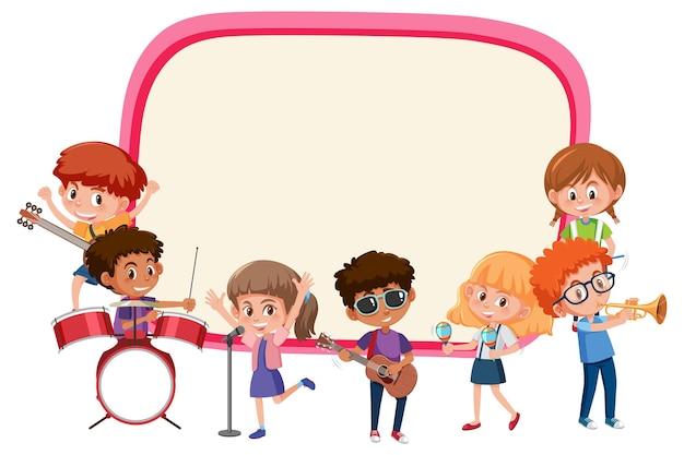 Tabuleiro vazio com crianças tocando diferentes instrumentos musicais