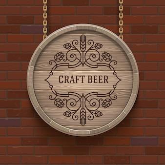 Tabuleta de barril de madeira com emblema de cerveja em floreios