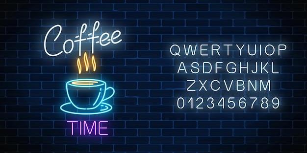 Tabuleta de café de néon com alfabeto em uma parede de tijolos escuros