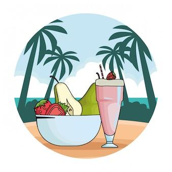 Taça de suco natural e frutas na tigela