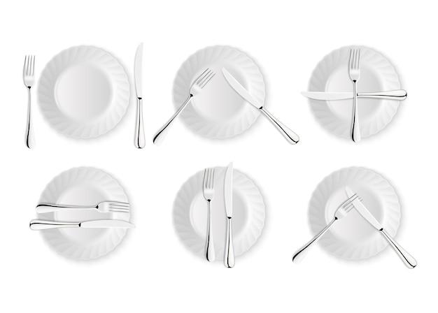 Talheres realistas e sinais de etiqueta à mesa, ícones do vetor isolados no fundo branco. conjunto de garfo, faca e prato. modelo de design, maquete de utensílios de mesa. vista do topo.