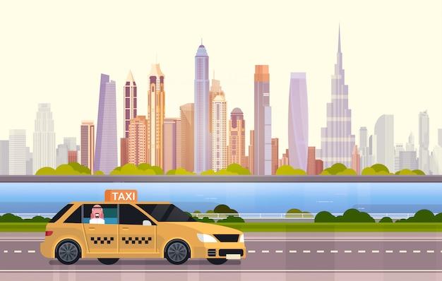 Táxi de carro táxi amarelo na estrada sobre a cidade de dubai