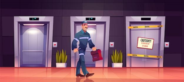 Técnico mecânico em elevador quebrado com placa de cuidado nas portas do elevador, serviço de reparo ou manutenção