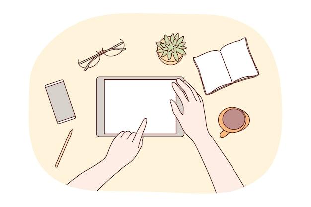 Tecnologia, mobile, social media, business concept. mãos de designer de caráter humano usando espaço em branco