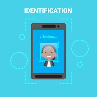 Telefone inteligente, carregando o sistema de identificação de rosto, digitalização de controle de acesso de usuário feminino afro-americano