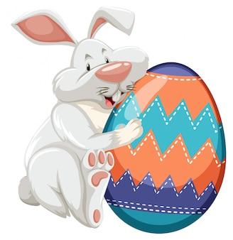 Tema de páscoa com ovo decorado em padrões coloridos